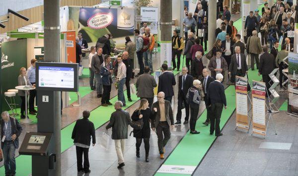 """Besucherandrang bei der Messe Invest und """"Grünes Geld"""" in Stuttgart: Auch viele konventionelle Anleger interessierten sich für nachhaltige Investitionsmöglichkeiten. / Foto: Messe Stuttgart"""