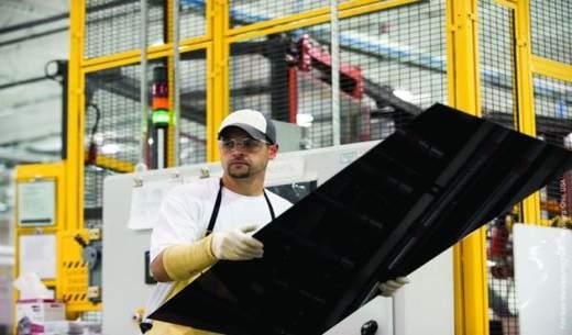 Produktion von Solarmodulen bei First Solar. Nach der Wahl von Donald Trump zum neuen US-Präsidenten ist die Solaraktie des US-Konzerns noch tiefer in den Kurskeller gerutscht. / Foto: First Solar