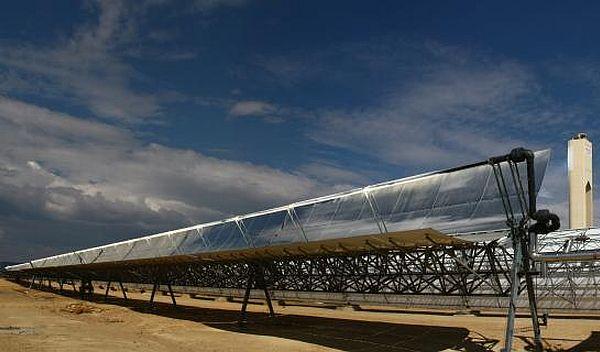 Solarthermisches Kraftwerk von Abengoa. Der spanische Konzern setzt bei der Finanzierung solcher Projekte auch auf grüne Anleihen. / Quelle: Unternehmen