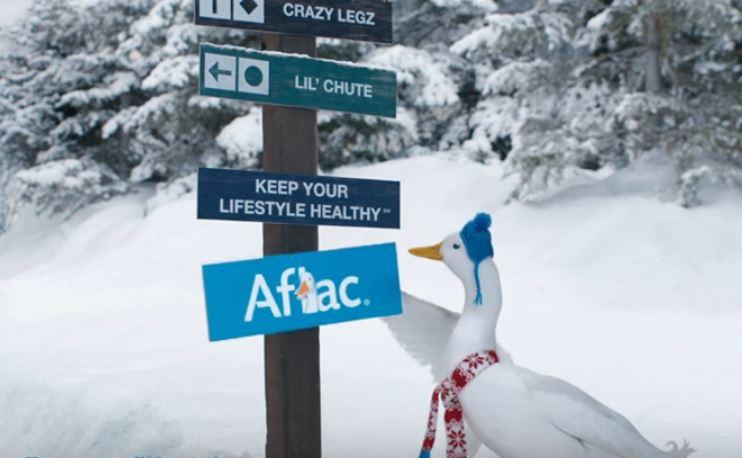 Eine weiße Ente taucht wie hier in vielen Werbespots von Aflac auf: Das Markenzeichen hat viel zur Bekanntheit des Versicherers in den USA beigetragen. / Screenshot
