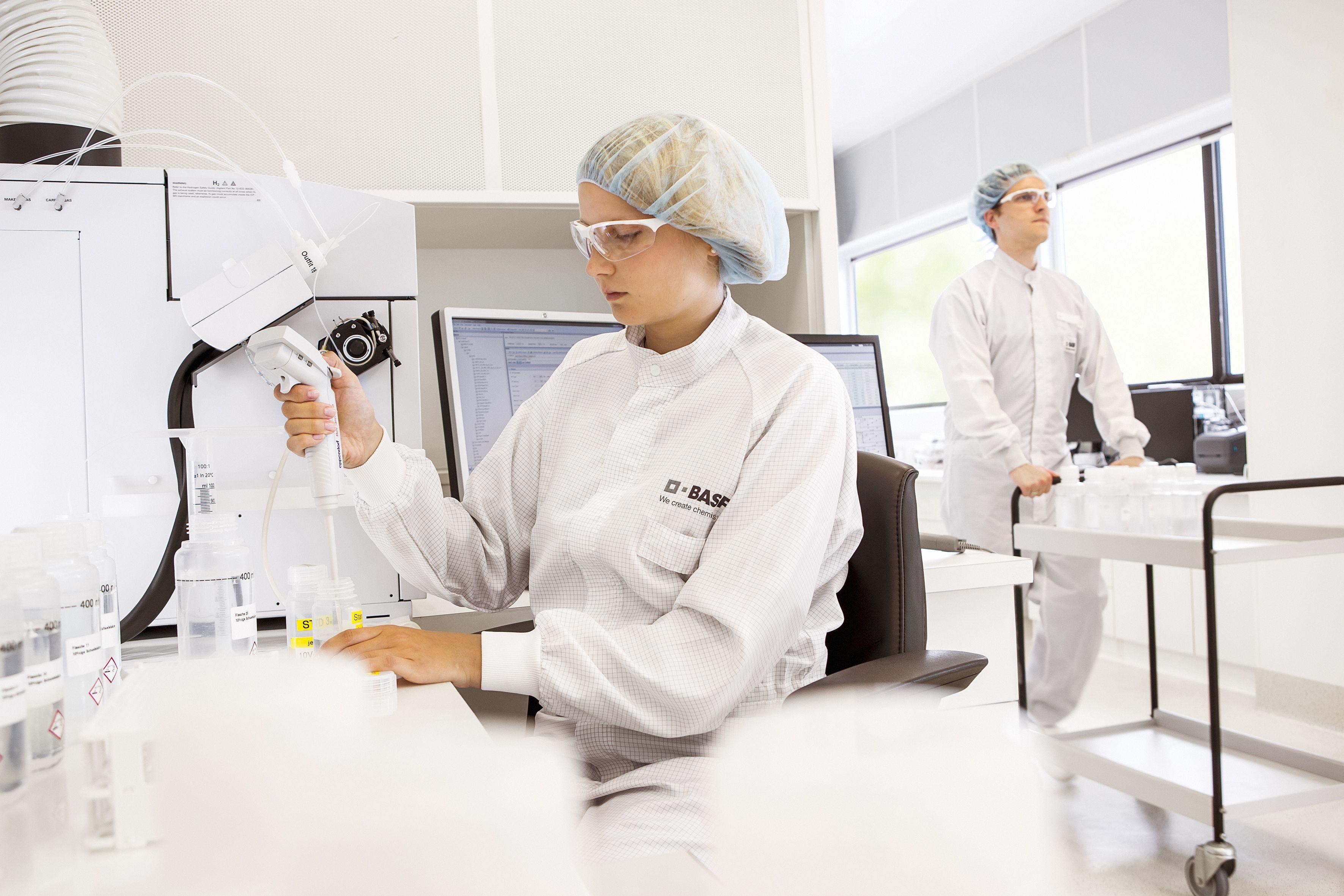 Analyse von Chemikalien für die Halbleiterindustrie in einem Labor von BASF. / Foto: Unternehmen