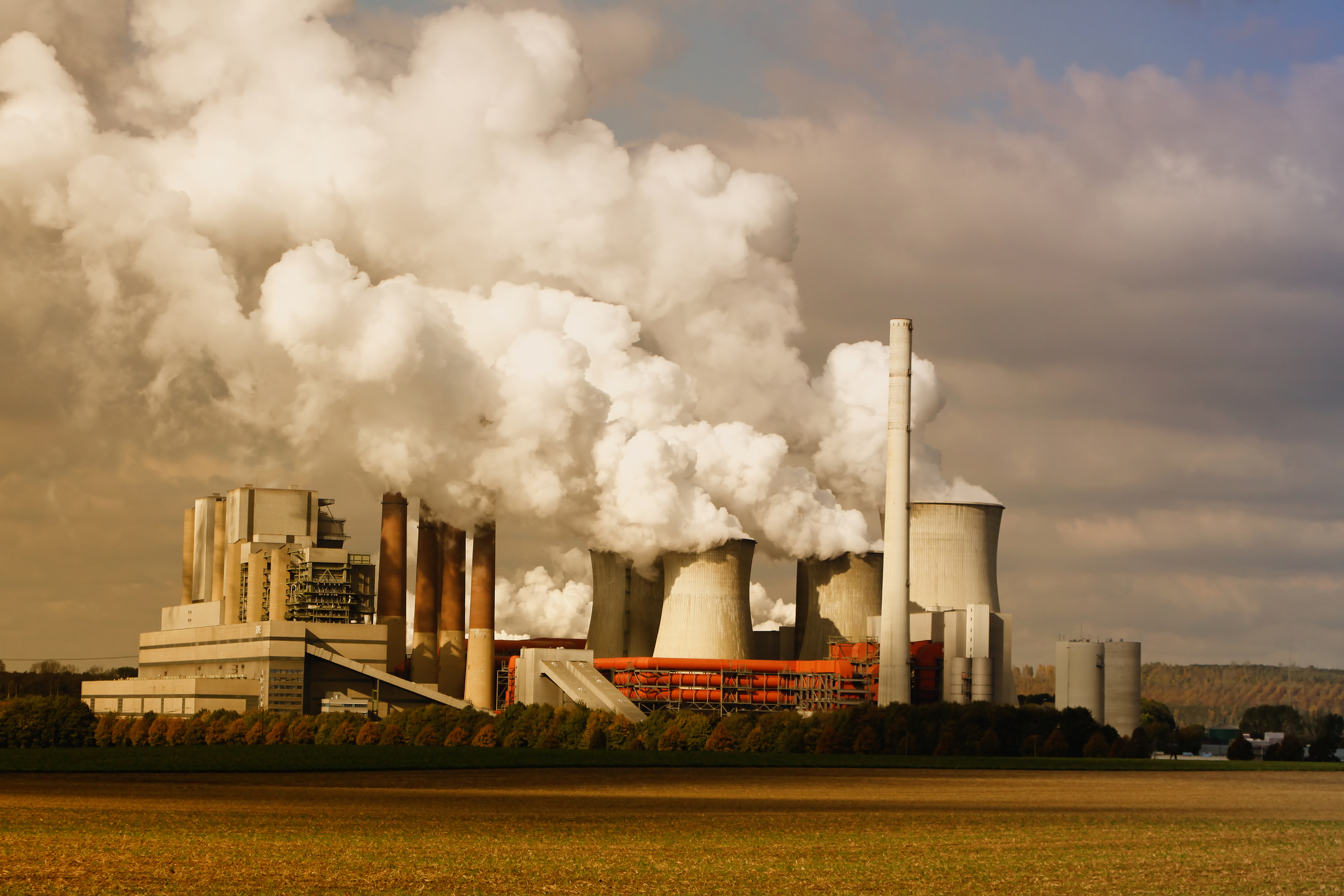 Klimarisiken können die Rendite eines Portfolios stark belasten. Das zeigen Aktienkurse von Kohlekonzernen. Im Bild ein deutscher Kohlemeiler. Es gibt mehr als eine Anlagestrategie, um solche Risiken zu mindern. / Quelle: Fotolia (Claudia Otte)