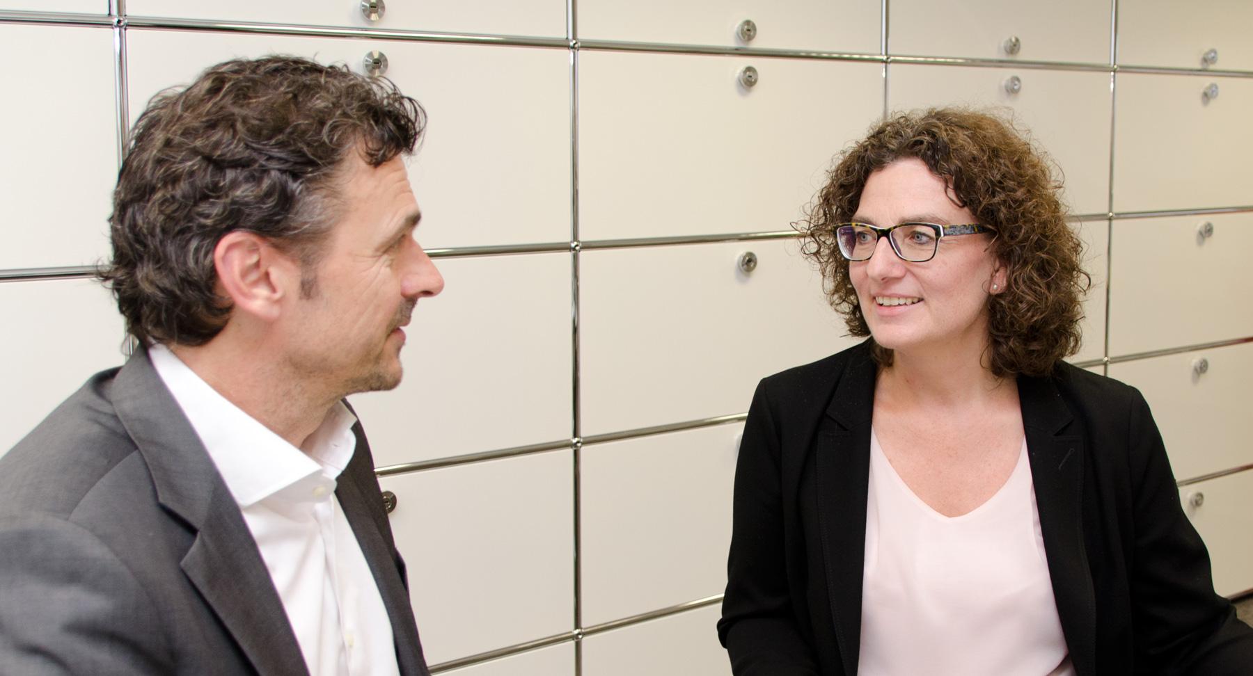 Gabriele Glahn-Nüßel, die bei der UmweltBank die Abteilung Wertpapiere & Vorsorge leitet, im Gespräch mit ECOreporter-Chefredakteur Jörg Weber. / Foto: Unternehmen
