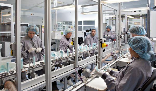 Einblick in die Produktion von Coloplast: Der GLS Bank Aktienfonds und der Steyler Fair und Nachhaltig - Aktien sind beide in die Aktie des Medizinprodukte-Herstellers investiert. Es gibt aber auch klare Unterscheide bei der Auswahlstrategie der beiden nachhaltigen Aktienfonds. / Foto: Coloplast