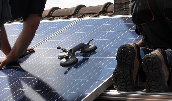 Zu welchen Konditionen Banken und Bausparkassen jetzt Kredite für Solaranlagen auf dem eigenen Hausdach finanzieren, zeigt unser Überblick. / Foto: pixabay