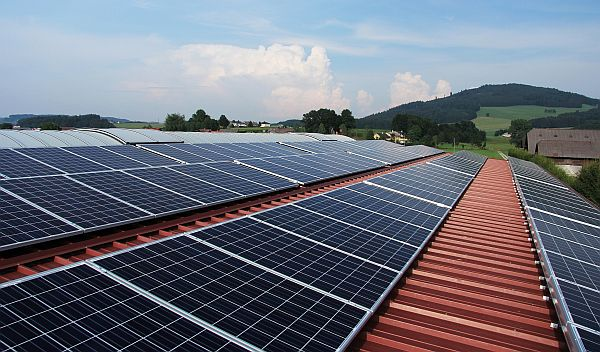 Zu welchen Konditionen Banken und Bausparkassen Ihre Photovoltaikanlage finanzieren und mit welcher Einspeisevergütung Sie ab dem Stromnetzanschluss für 20 Jahre kalkulieren können, zeigt der ECOreporter.de-Überblick über das Solarkredite-Angebot von 13 deutschen Anbietern. / Foto: Pixabay