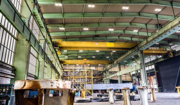 LED-Leuchten der Deutschen Lichtmiete in einer Werft-Halle: Anleger können in solche Beleuchtungssysteme investieren. / Foto: Deutsche Lichtmiete, Mario Dirks