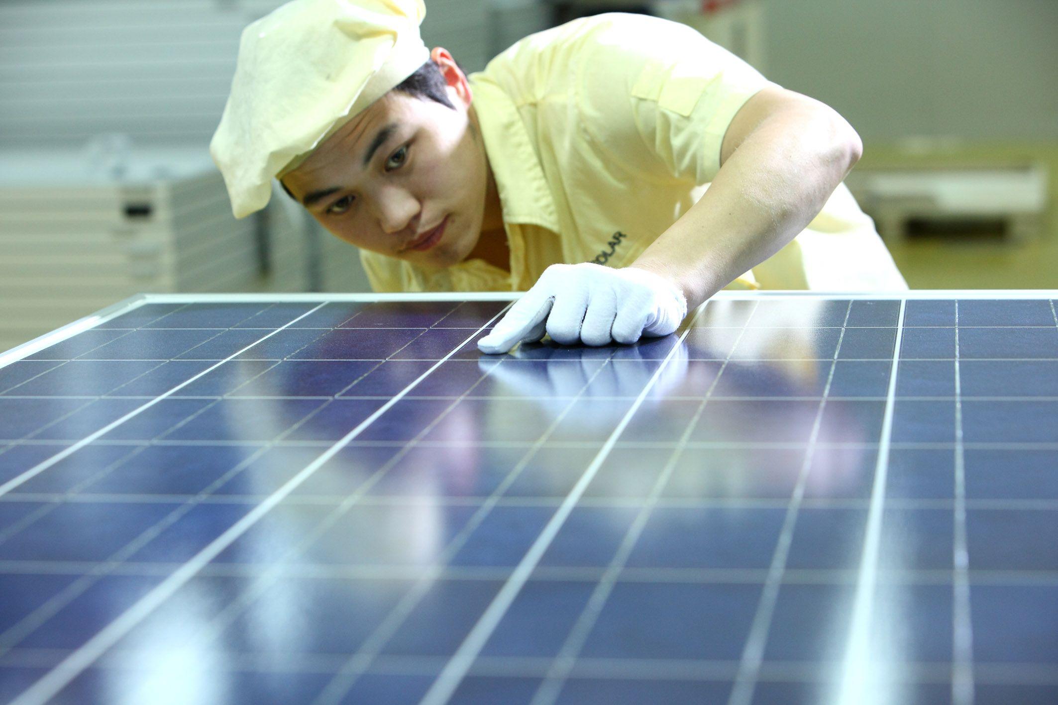 Solarmodulfarbik in China: JA Solar und andere Solarmodul-Hersteller aus China haben ihre Produktion stark ausgebaut. Diese müssen sie auch auslasten, um profitabel zu wirtschaften.
