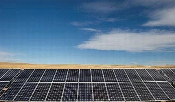 Solarkraftwerk mit Modulen von JinkoSolar aus China: Trotz eines Rekordumsatzes und eines Gewinnsprungs hängt die Solar-Aktie im Kurskeller. / Foto: JinkoSolar