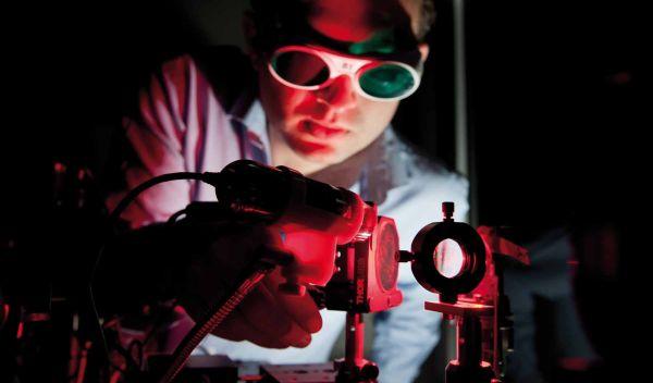Test einer Leuchtdiode bei der Osram Licht AG: Die Leuchtmittelspezialistin ist unter den Aktien, auf die der Pioneer Funds - Global Ecology setzt. / Foto: Osram Licht AG