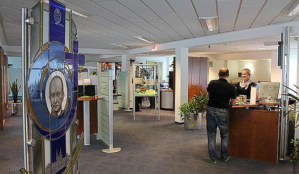 Schalter der Steyler Ethik Bank. Die Bank der Steyler Missionare hat eigene Nachhaltigkeitsfonds aufgelegt, darunter den Steyler Fair und Nachhaltig - Aktien. / Foto: Unternehmen