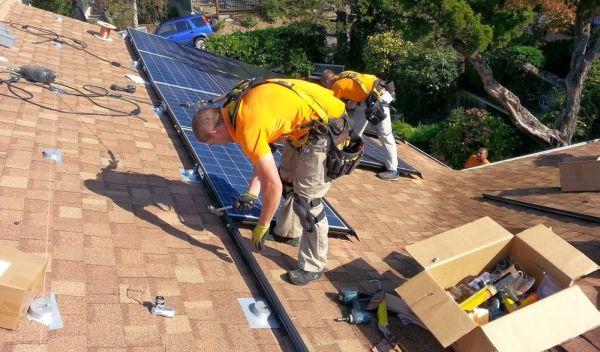 SolarEdge Technologies versorgt vor allem Solaranlagen auf Dächern von Privathäusern mit Steuerungstechnik. In den USA boomt die Nachfrage dafür. Das spricht für die Solaraktie von SolarEdge Technologies, zu deren Großkunden Vivint Solar zählt. Im Bild Aufbauarbeiten des Solarprojektierers. / Foto: Unternehmen