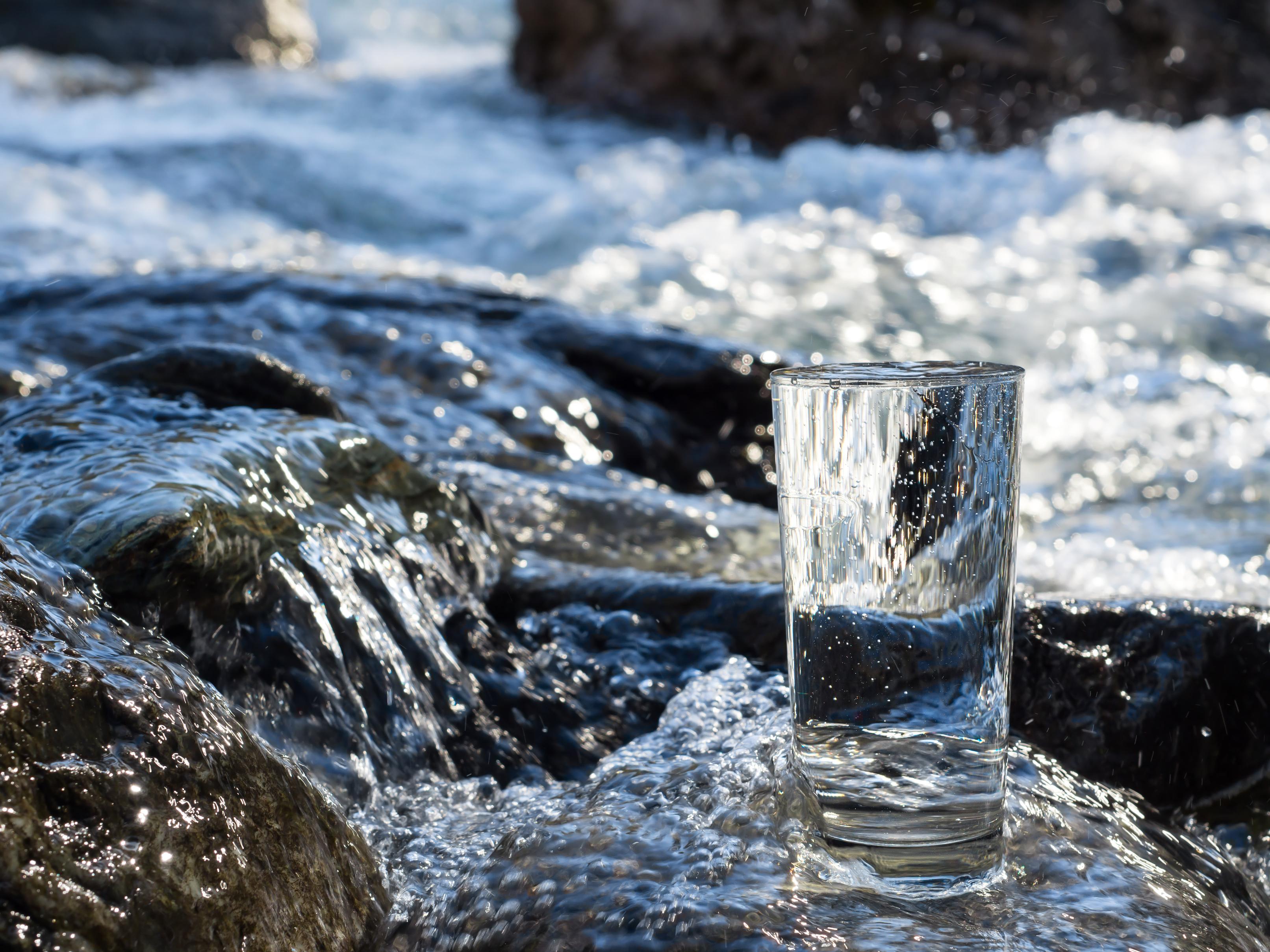 In Wasseraktien können Anleger über Wasserfonds nachhaltig investieren. Auf welche Aktien setzen diese Fonds und bringen sie eine überzeugende Rendite? Wo unterscheiden sich die Anlagestrategien der Wasserfonds? Handelt es sich bei ihnen wirklich um ein nachhaltiges Investment? Diesen und weiteren Fragen ist ECOreporter.de im Vergleichstest von Wasserfonds nachgegangen. / Foto: Arttim-Fotolia