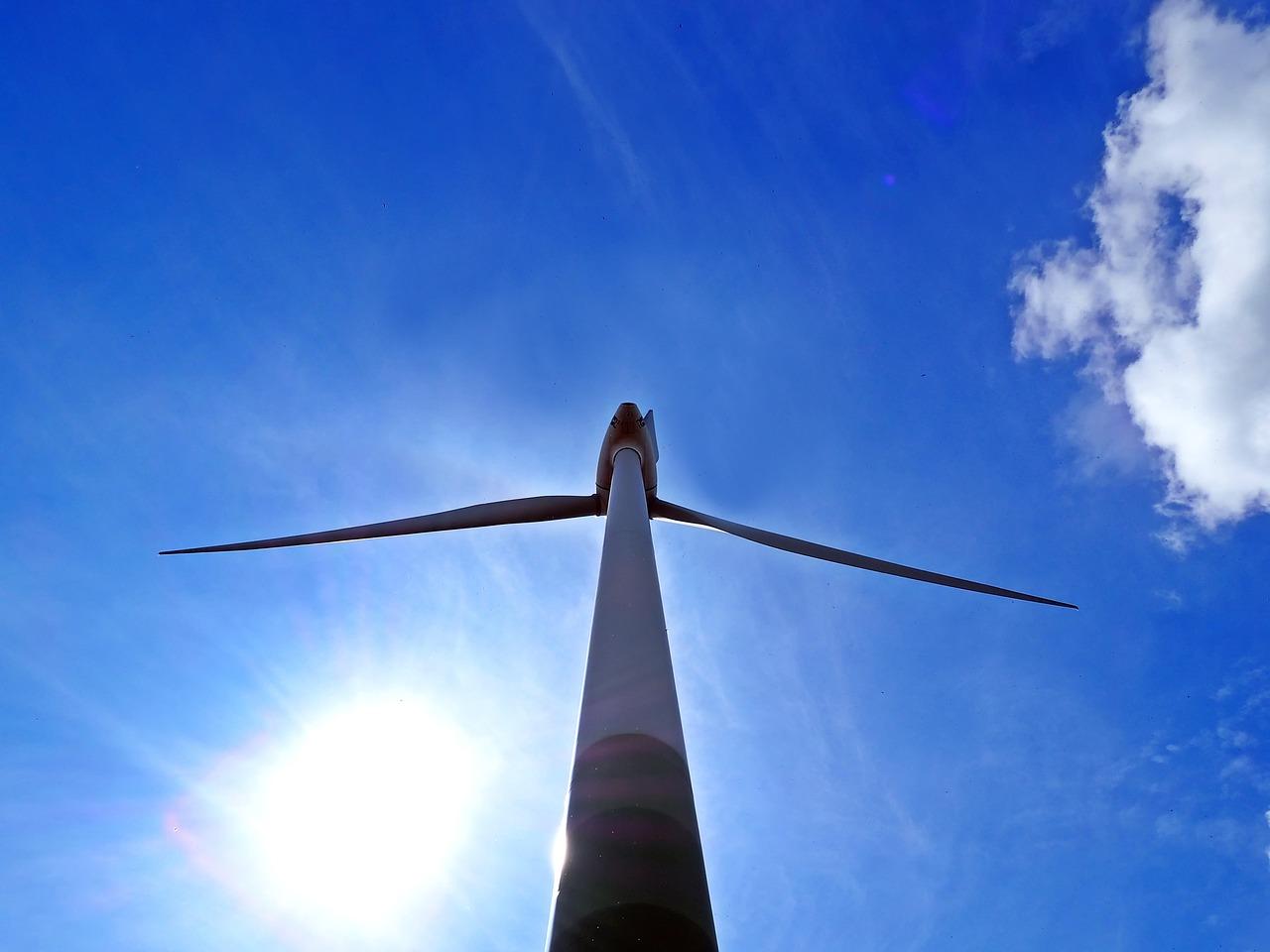 Wer sich an einem Windpark oder einer Solaranlage beteiligen will, sollte sich gut über das Investment informieren. / Foto: luis-e/pixabay/CC-Lizenz