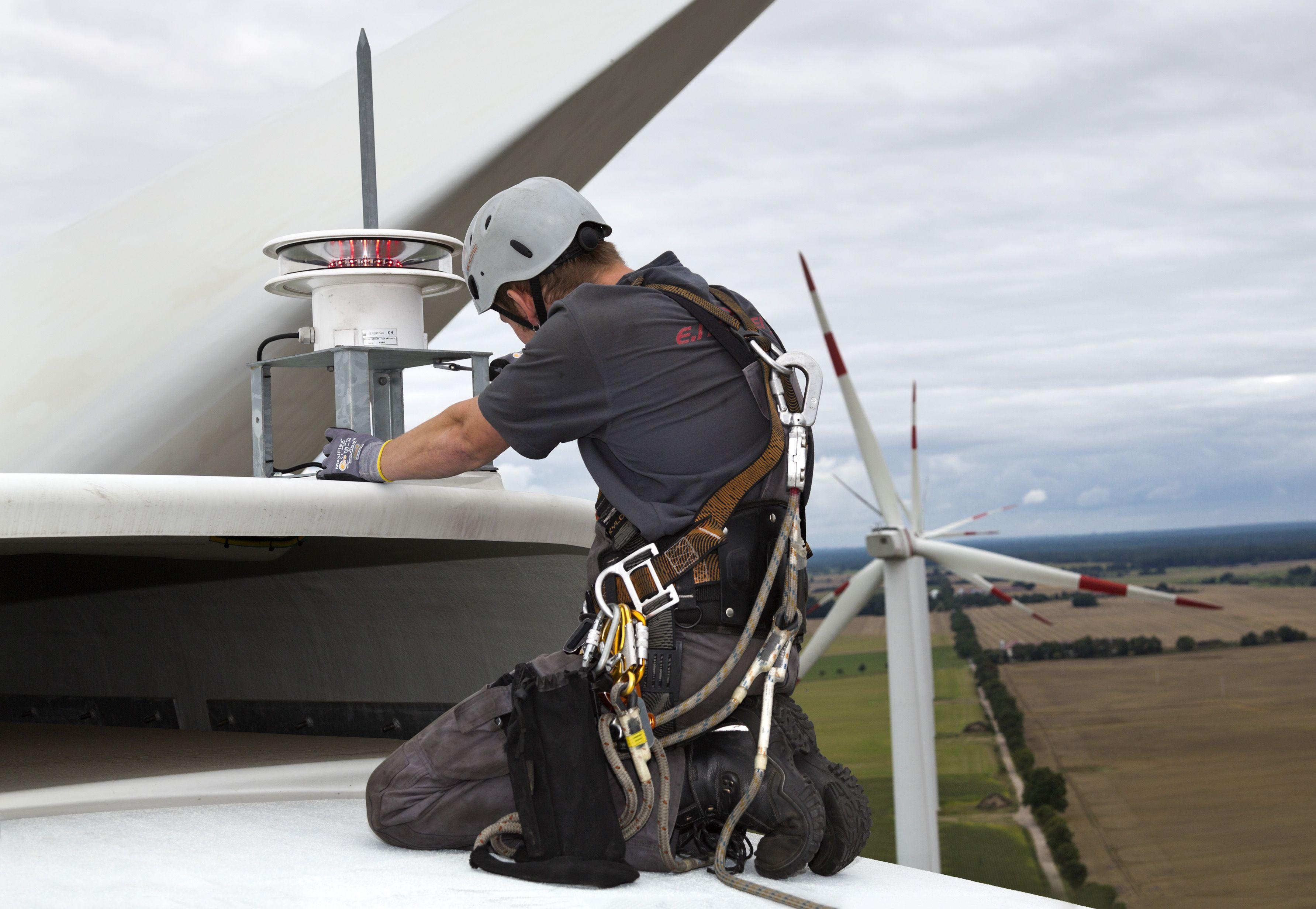 Die eno energy GmbH steht vor einer wegweisenden Entscheidung: Die Anleihegläubiger sollen ihr Kapital länger als ursprünglich geplant im Unternehmen belassen. Im Bild: Windrad-Installation von eno energy. / Foto: Unternehmen