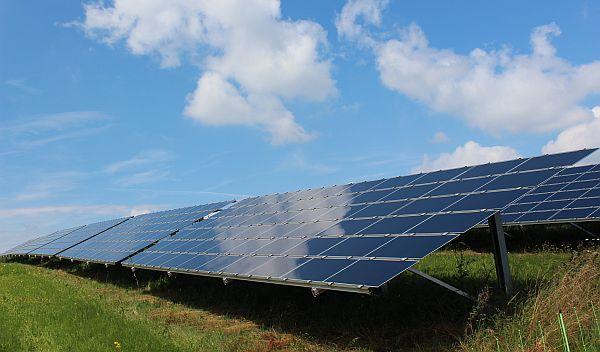 Der Solarpark Mehring ist seit 2007 in Betrieb. Das Nachrangdarlehen Zweibach Umweltzins dient der Rückzahlung der Zwischenfinanzierung des Solarparks und von drei Windkraftanlagen, die ebenfalls schon am Netz sind. / Foto: Marcel Strobl, wiwin GmbH